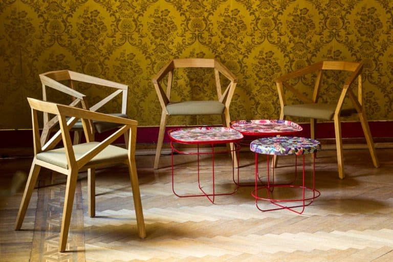 yy chair: struttura in rovere massello con finitura a olio o nero opaco; seduta in multistrato di legno rivestito in poliuretano espanso - Moroso