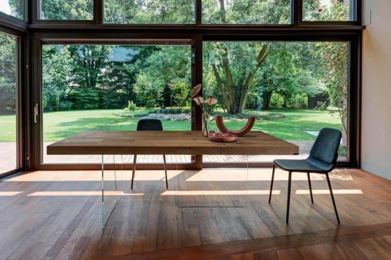 Air: tavolo che sembra sospeso nell'aria grazie a due gambe di cristallo quasi invisibili - Lago
