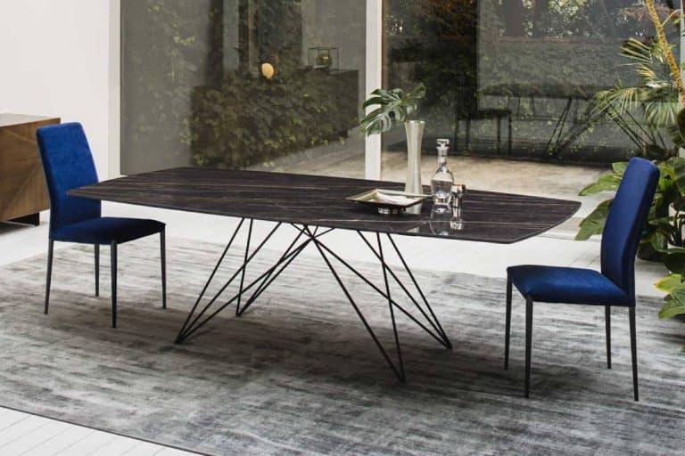 Pegaso: tavolo con piano in ceramica dalla struttura leggera - Riflessi