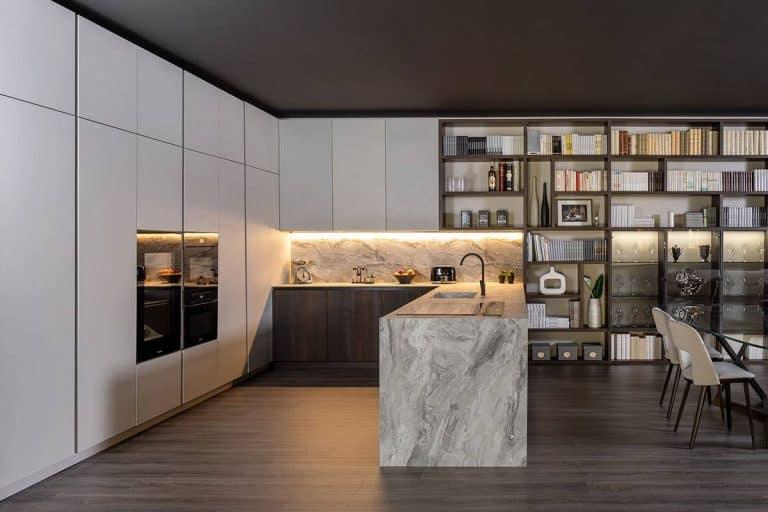 Klab 01: cucina a ferro di cavallo con rivestimento effetto marmo - diotti.com