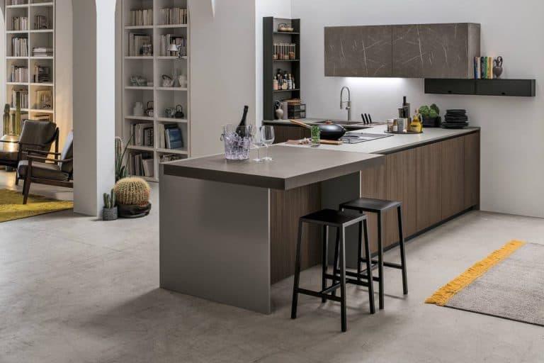 Metropolis: cucina moderna caratterizzata da venature del legno e del marmo, superfici lucide e opache - Stosa